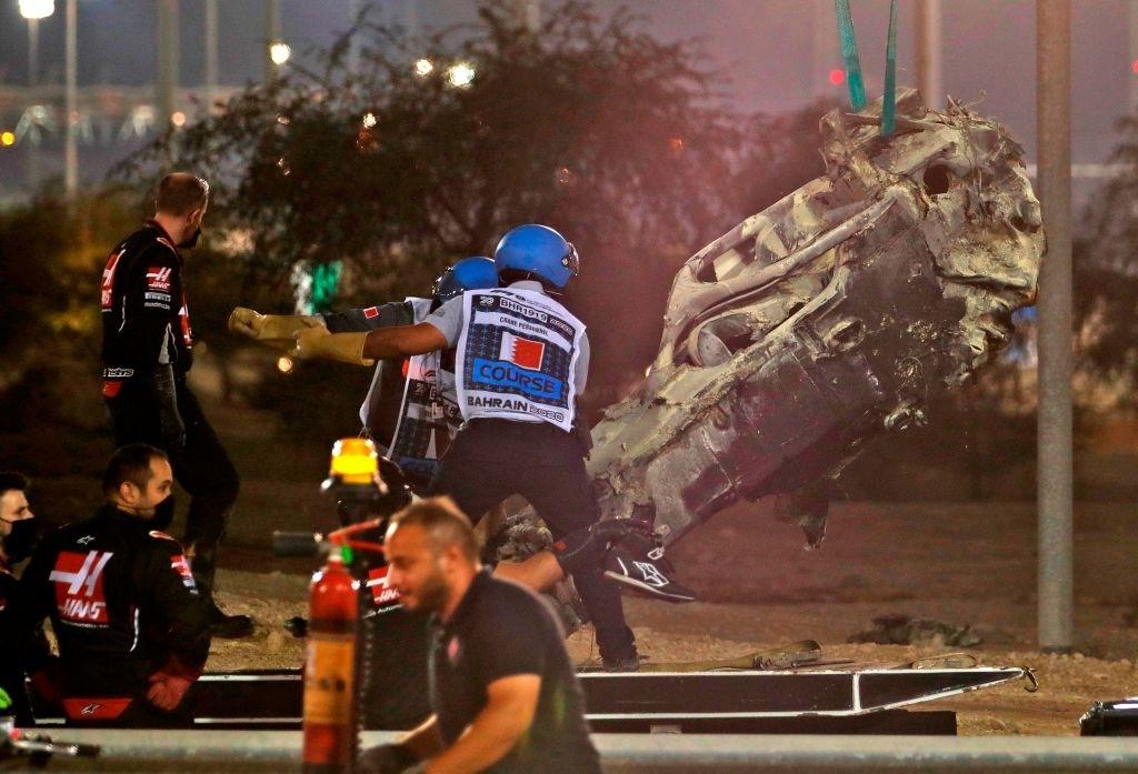 Màn thoát chết thần kỳ trên đường đua F1: Xe vỡ nát và bốc cháy ngùn ngụt hơn chục giây, tay đua mới lồm cồm thoát ra - ảnh 10