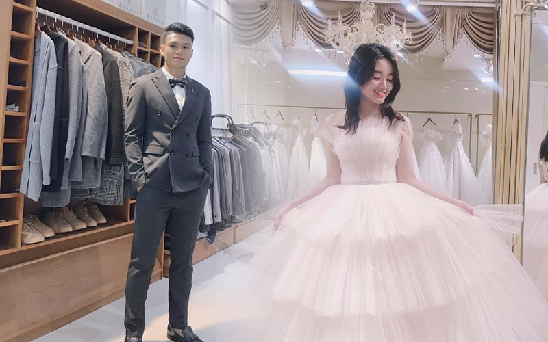 """Bạn gái Phạm Xuân Mạnh khoe ảnh váy cưới đẹp lung linh, chú rể cũng đã sẵn sàng """"lên đồ"""""""
