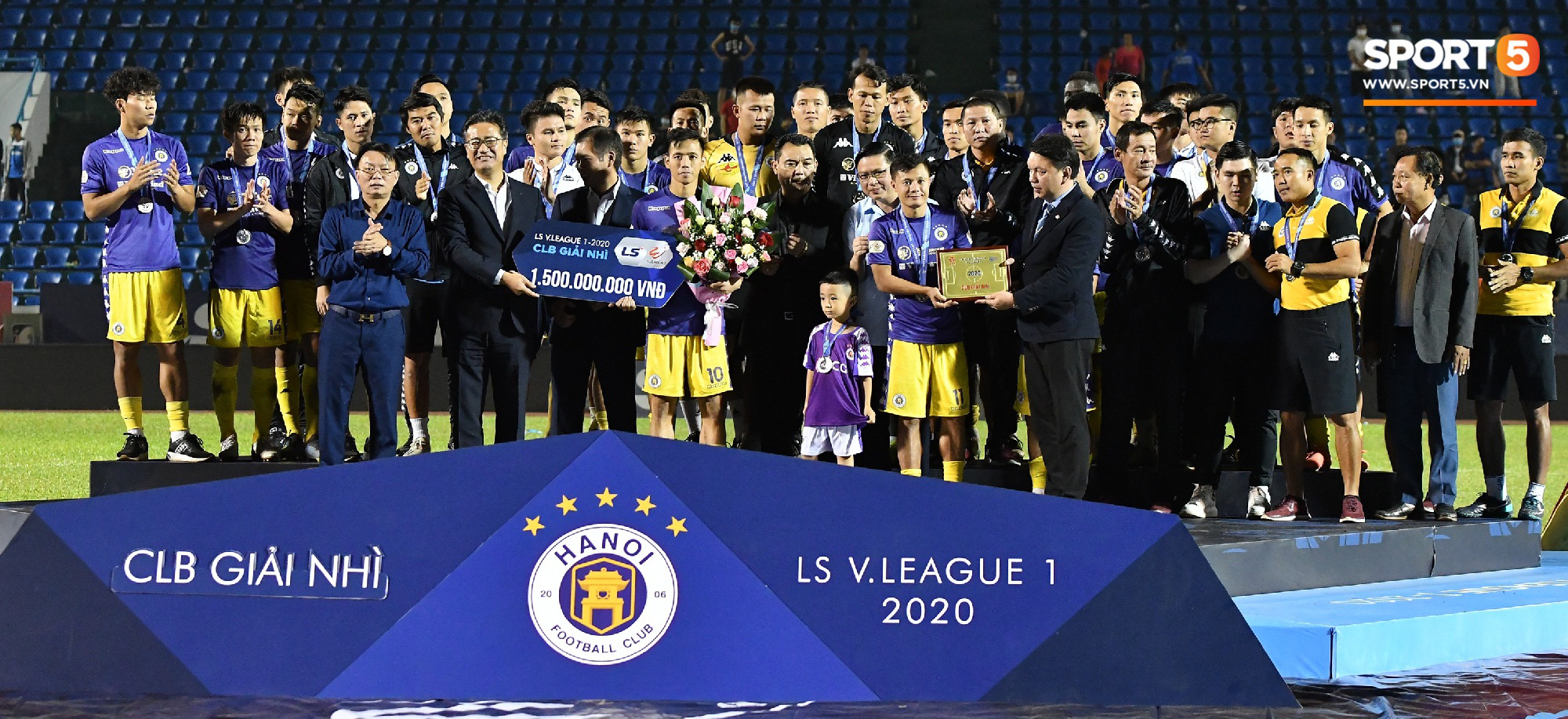 Bầu Hiển xin cho phụ huynh cầu thủ xuống sân, động viên tập thể Hà Nội FC: Các con đã vô địch - Ảnh 4.