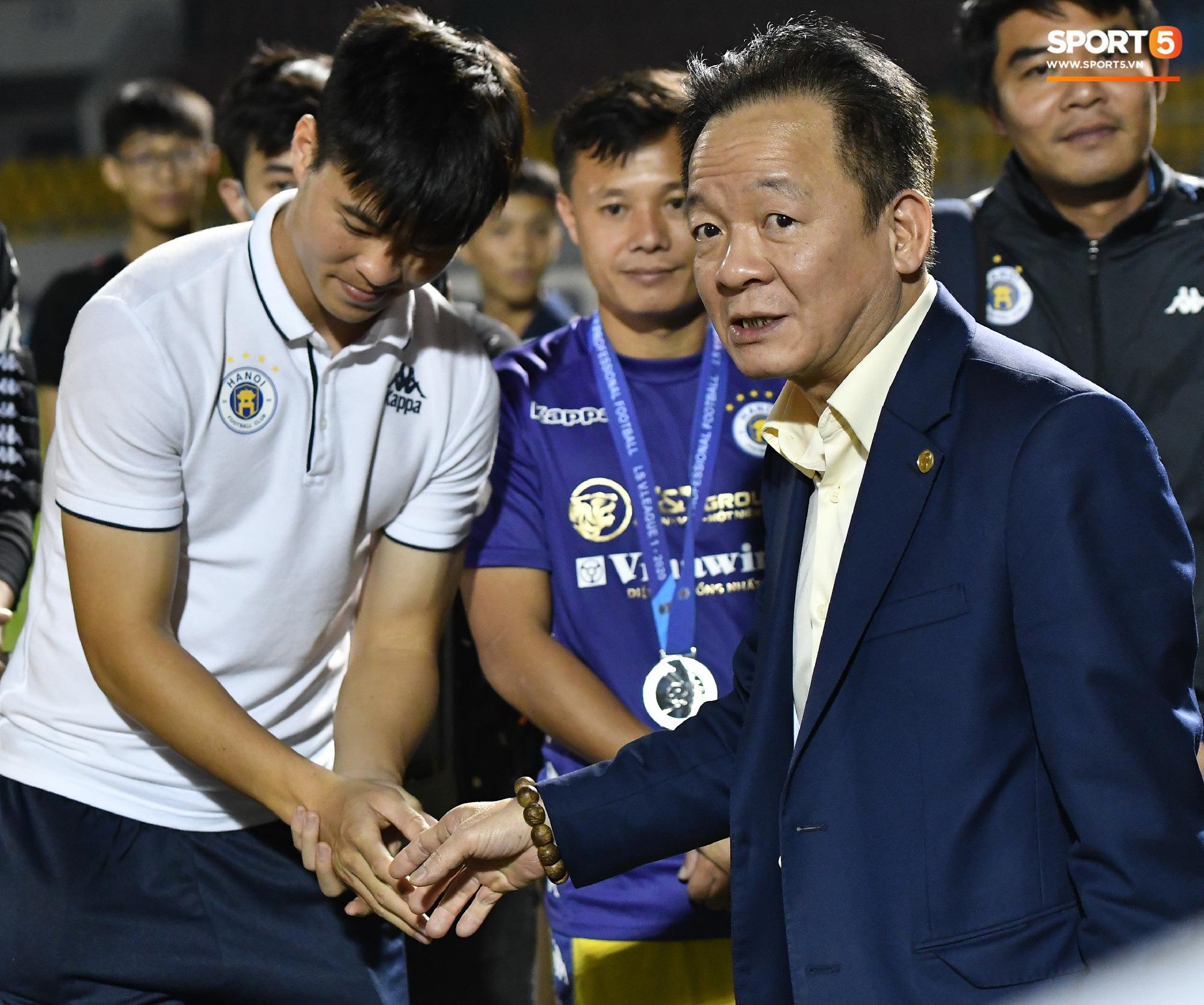 Bầu Hiển xin cho phụ huynh cầu thủ xuống sân, động viên tập thể Hà Nội FC: Các con đã vô địch - Ảnh 2.