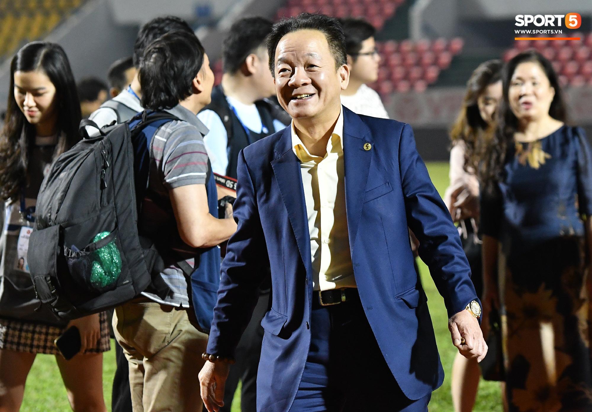 Bầu Hiển xin cho phụ huynh cầu thủ xuống sân, động viên tập thể Hà Nội FC: Các con đã vô địch - Ảnh 3.