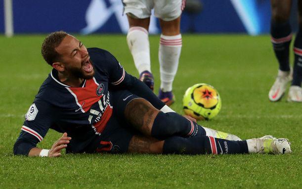 Phạm lỗi thô bạo với Neymar, cầu thủ cùng gia đình bị dọa giết