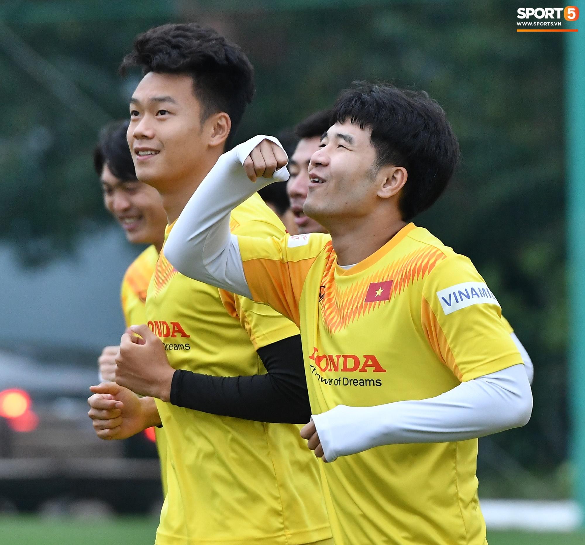 Hà Đức Chinh cà khịa Xuân Trường, làm trò vui khiến cả đội bật cười - Ảnh 7.