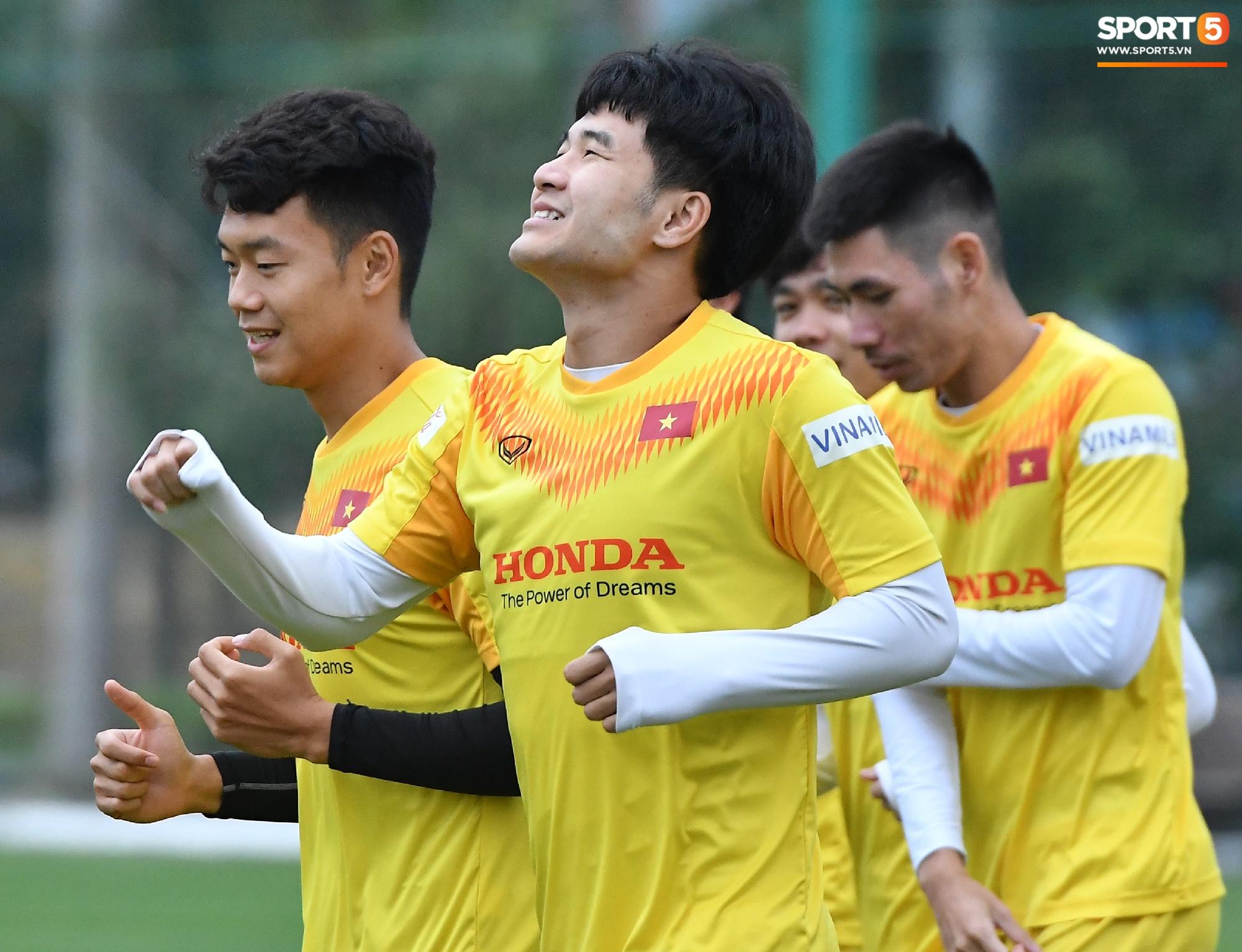 Hà Đức Chinh cà khịa Xuân Trường, làm trò vui khiến cả đội bật cười - Ảnh 6.