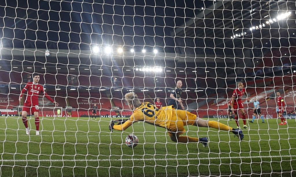 Sai lầm ngớ ngẩn của thủ môn giúp Liverpool giành vé vào knock-out Champions League - ảnh 11