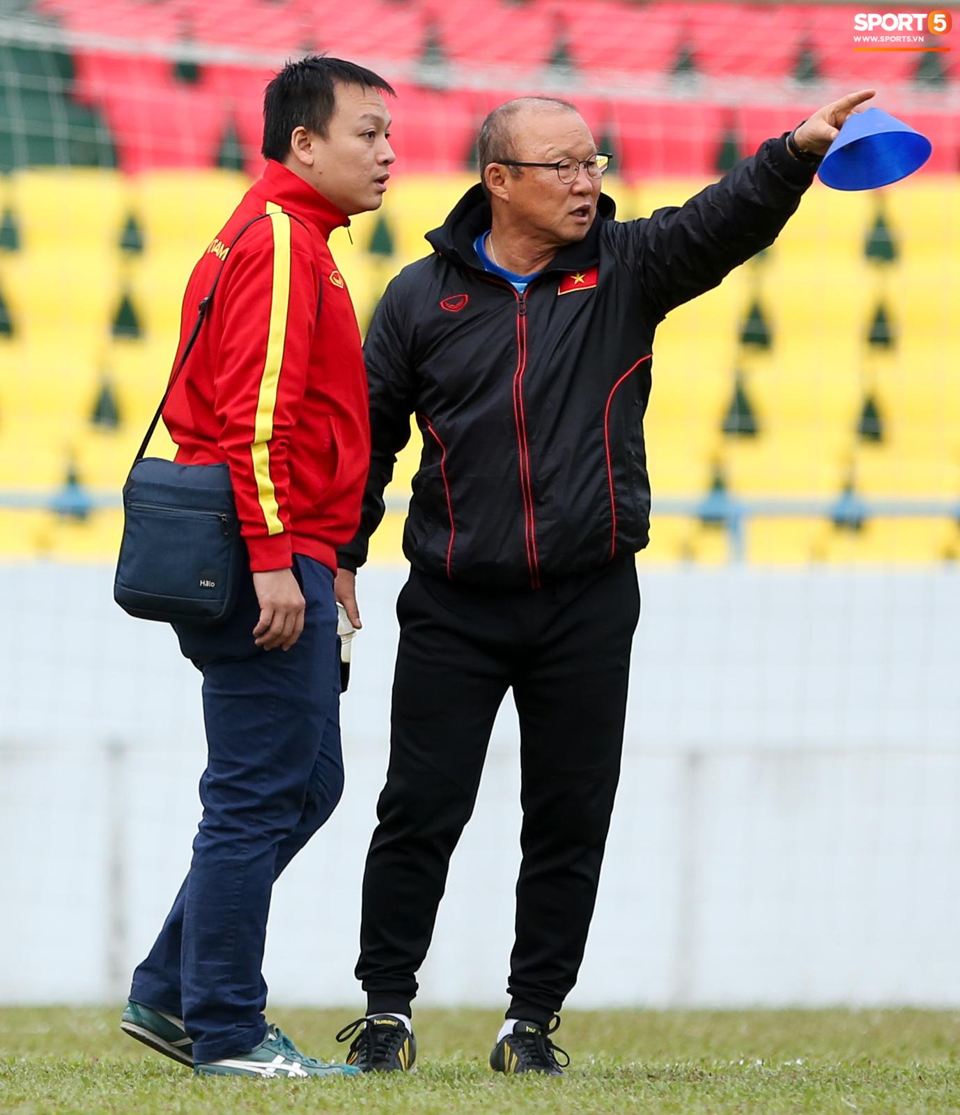 """HLV Park Hang-seo phàn nàn khi phát hiện """"ổ gà"""" ở sân đấu của tuyển Việt Nam - Ảnh 4."""