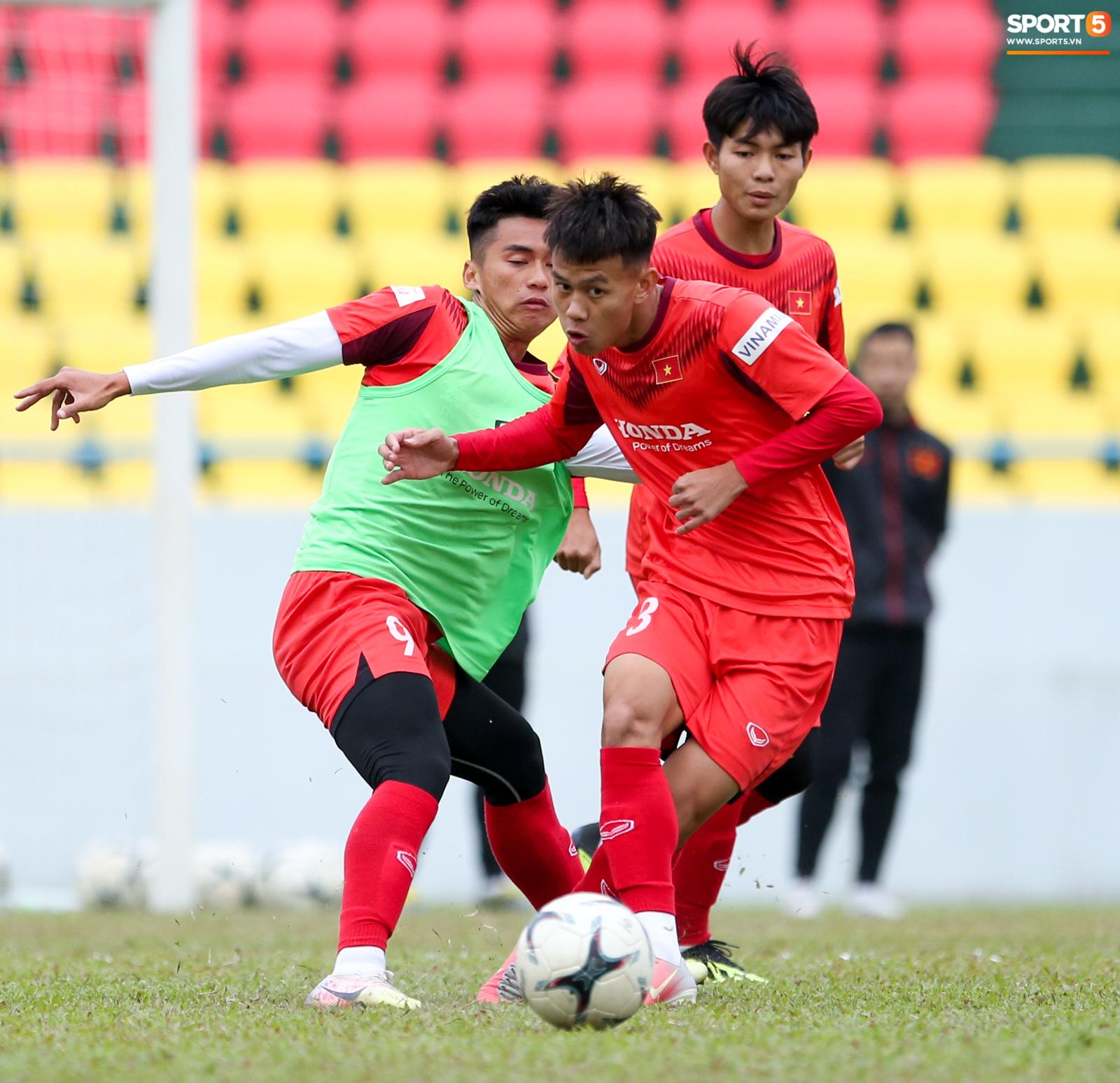 """HLV Park Hang-seo phàn nàn khi phát hiện """"ổ gà"""" ở sân đấu của tuyển Việt Nam - Ảnh 9."""