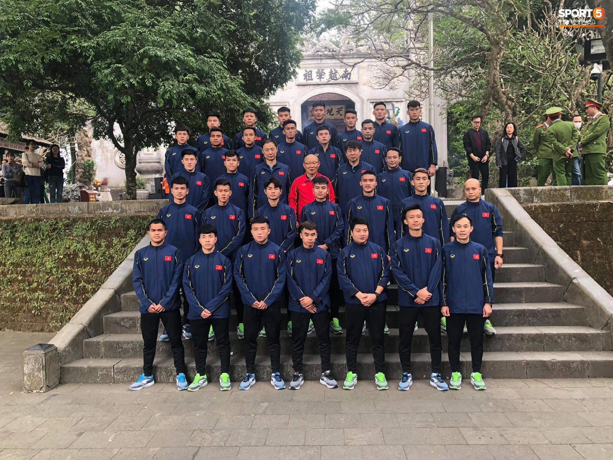 ĐT Việt Nam về thăm Đền Hùng, người hâm mộ vui mừng khi tình cờ gặp gỡ - Ảnh 5.