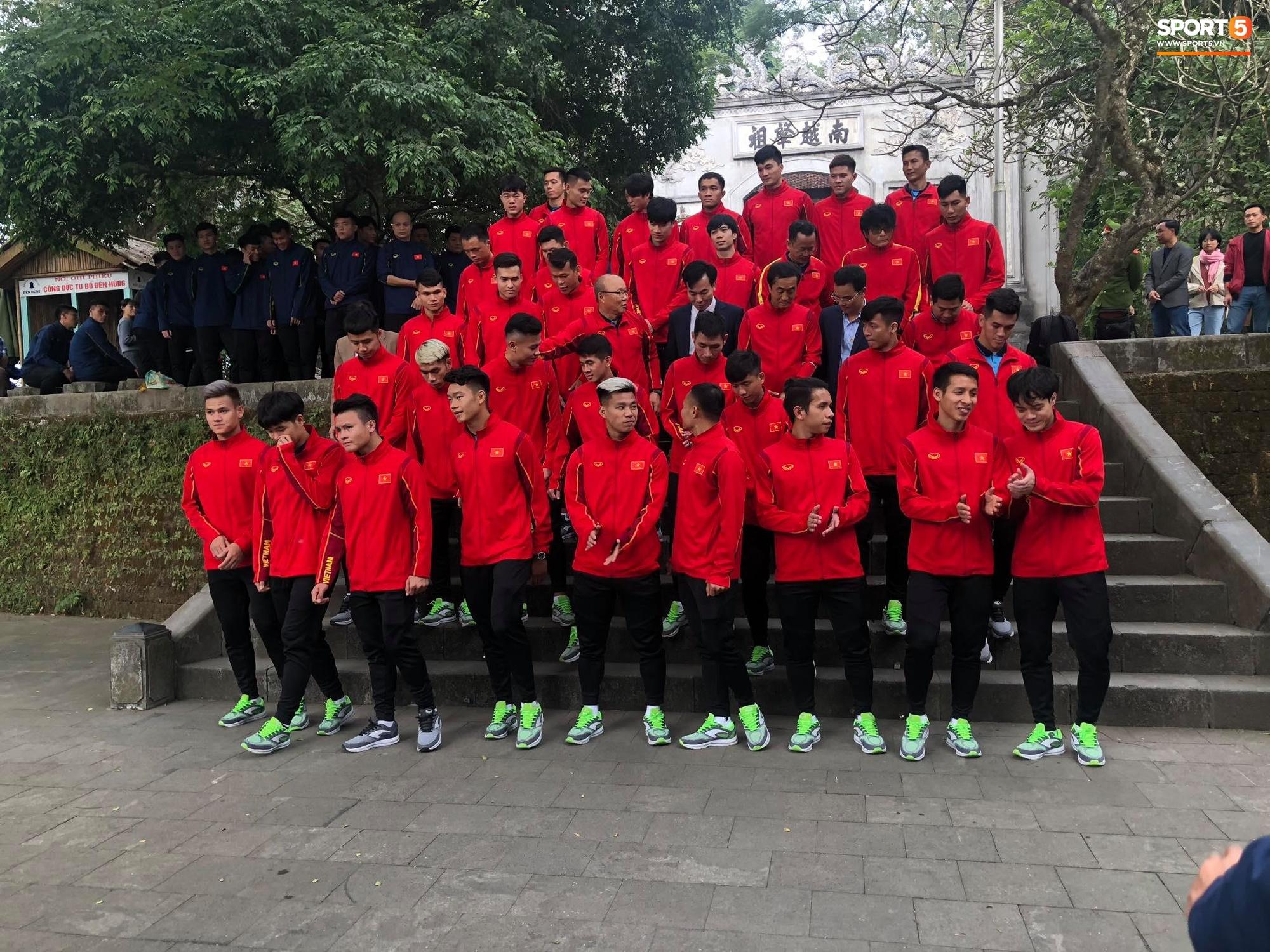ĐT Việt Nam về thăm Đền Hùng, người hâm mộ vui mừng khi tình cờ gặp gỡ - Ảnh 6.
