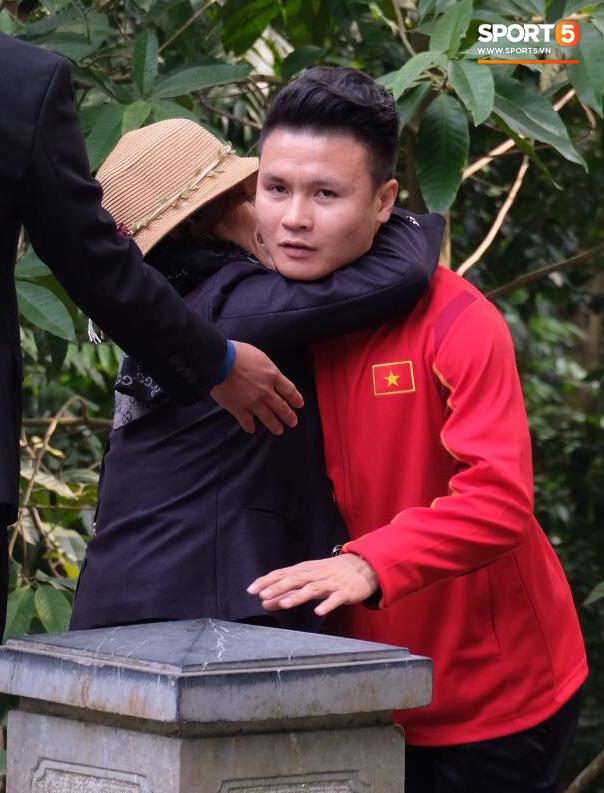 ĐT Việt Nam về thăm Đền Hùng, người hâm mộ vui mừng khi tình cờ gặp gỡ - Ảnh 2.