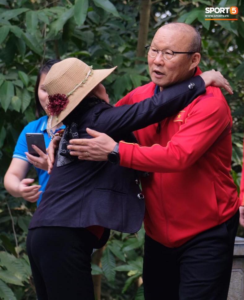 ĐT Việt Nam về thăm Đền Hùng, người hâm mộ vui mừng khi tình cờ gặp gỡ - Ảnh 3.