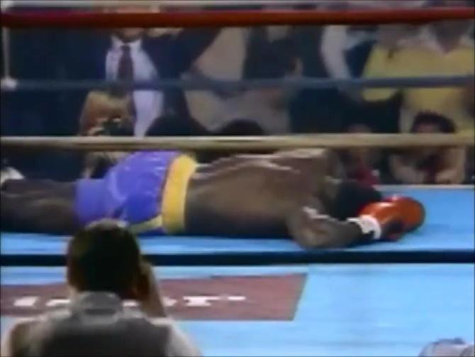 Choáng với sức mạnh ở tuổi 19 của Mike Tyson: Tung một đấm khiến đối thủ đo ván, bay ra góc đài - Ảnh 4.