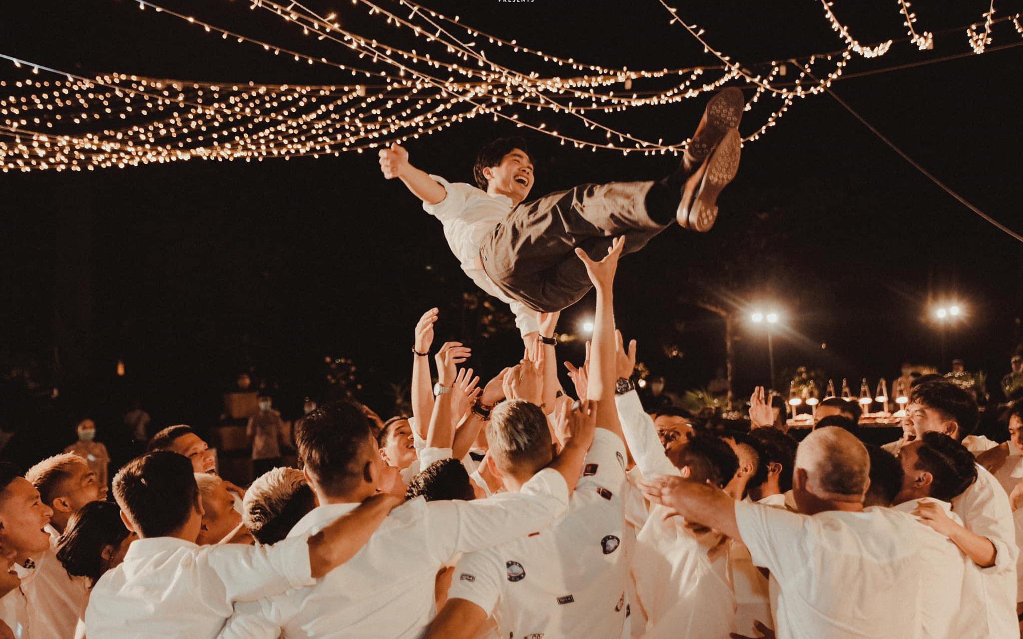 """Công Phượng khép lại đám cưới bằng lời cảm ơn chân thành, ngượng ngùng """"em hát sợ mọi người về hết"""""""