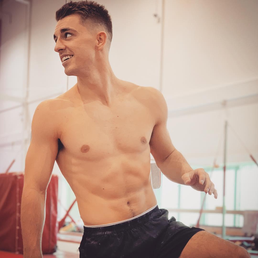 Trai đẹp từng vô địch Olympic trổ tài tập thể dục dụng cụ trên ghế sofa đầy đẳng cấp trong mùa dịch Covid-19 - Ảnh 6.