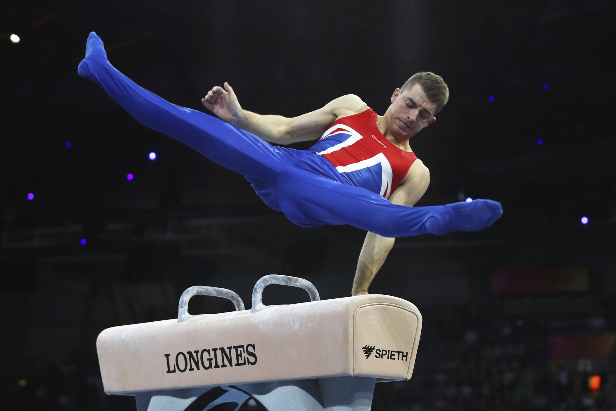 Trai đẹp từng vô địch Olympic trổ tài tập thể dục dụng cụ trên ghế sofa đầy đẳng cấp trong mùa dịch Covid-19 - Ảnh 5.