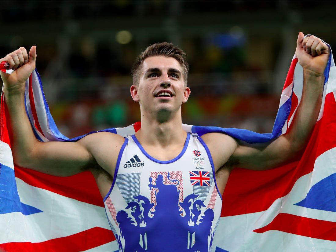 Trai đẹp từng vô địch Olympic trổ tài tập thể dục dụng cụ trên ghế sofa đầy đẳng cấp trong mùa dịch Covid-19 - Ảnh 1.