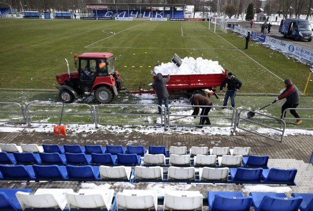 Mọi giải đấu bóng đá tại châu Âu tạm hoãn trừ một quốc gia: Ở Belarus chúng tôi không làm thế! Ronaldo và Messi muốn chơi bóng hãy đến đây - Ảnh 3.