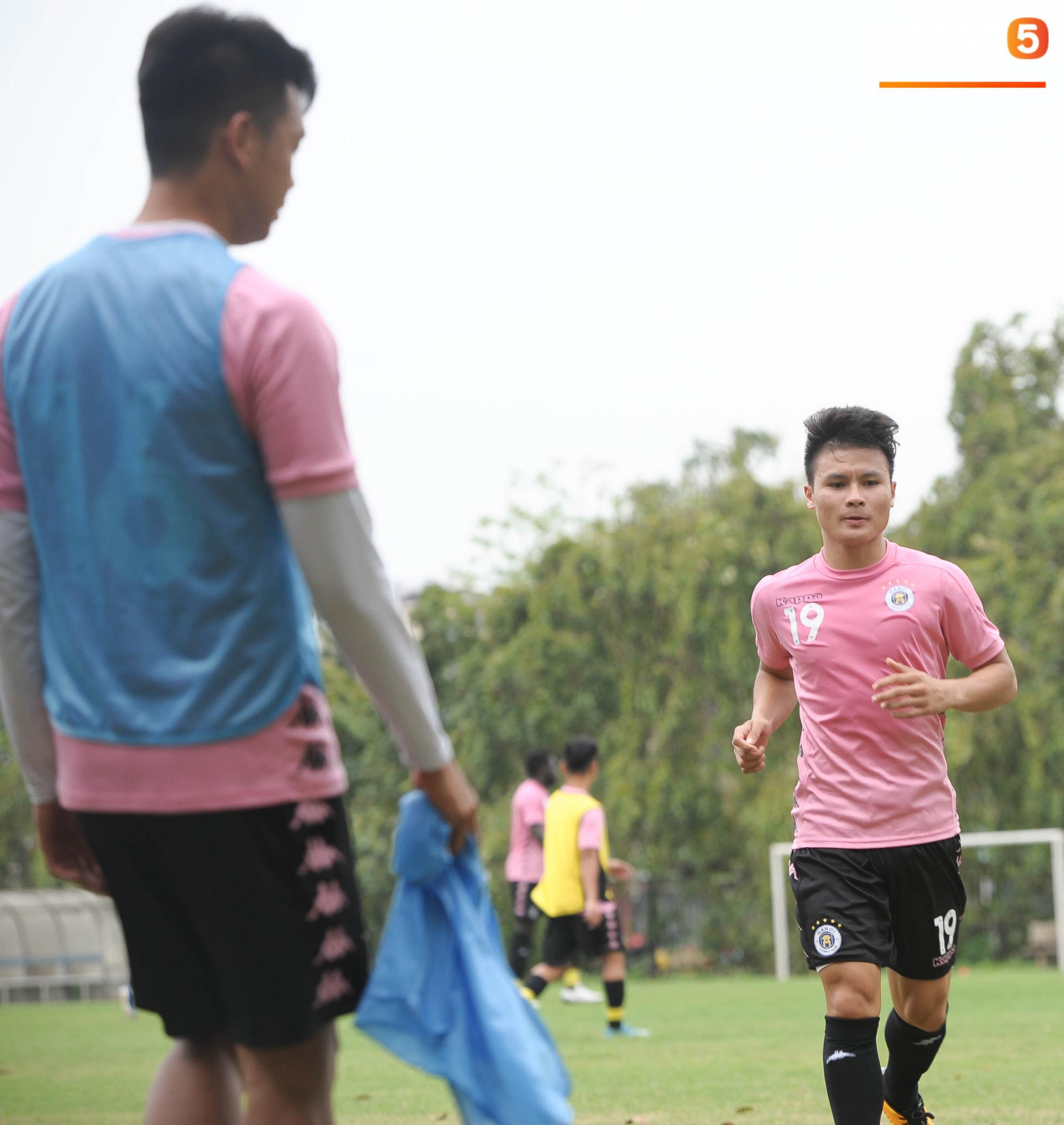 Thành Chung bịt kín mặt, hóa trọng tài biên bất đắc dĩ trong buổi tập chiều 25/3 của Hà Nội FC - Ảnh 4.