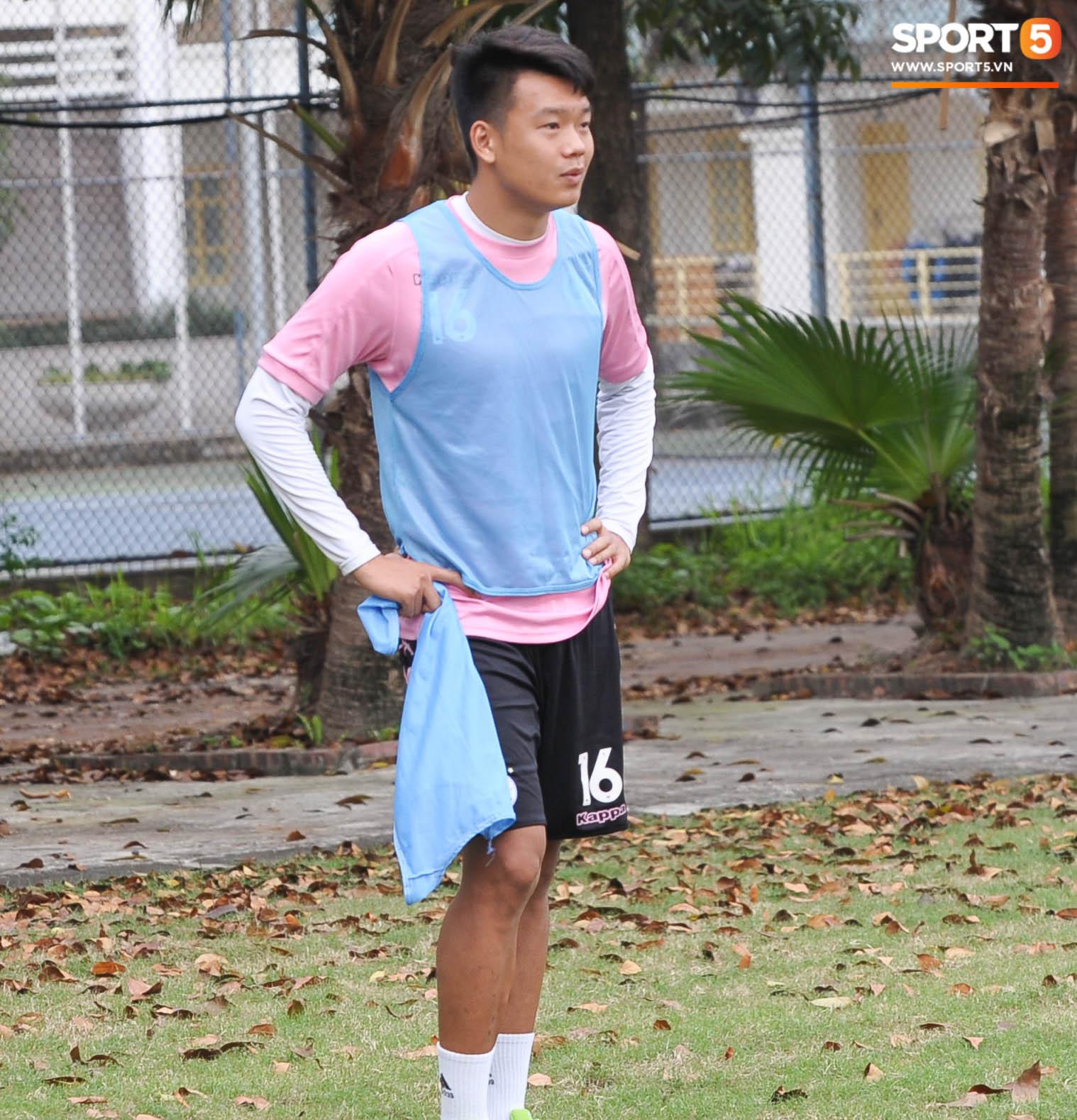 Thành Chung bịt kín mặt, hóa trọng tài biên bất đắc dĩ trong buổi tập chiều 25/3 của Hà Nội FC - Ảnh 3.