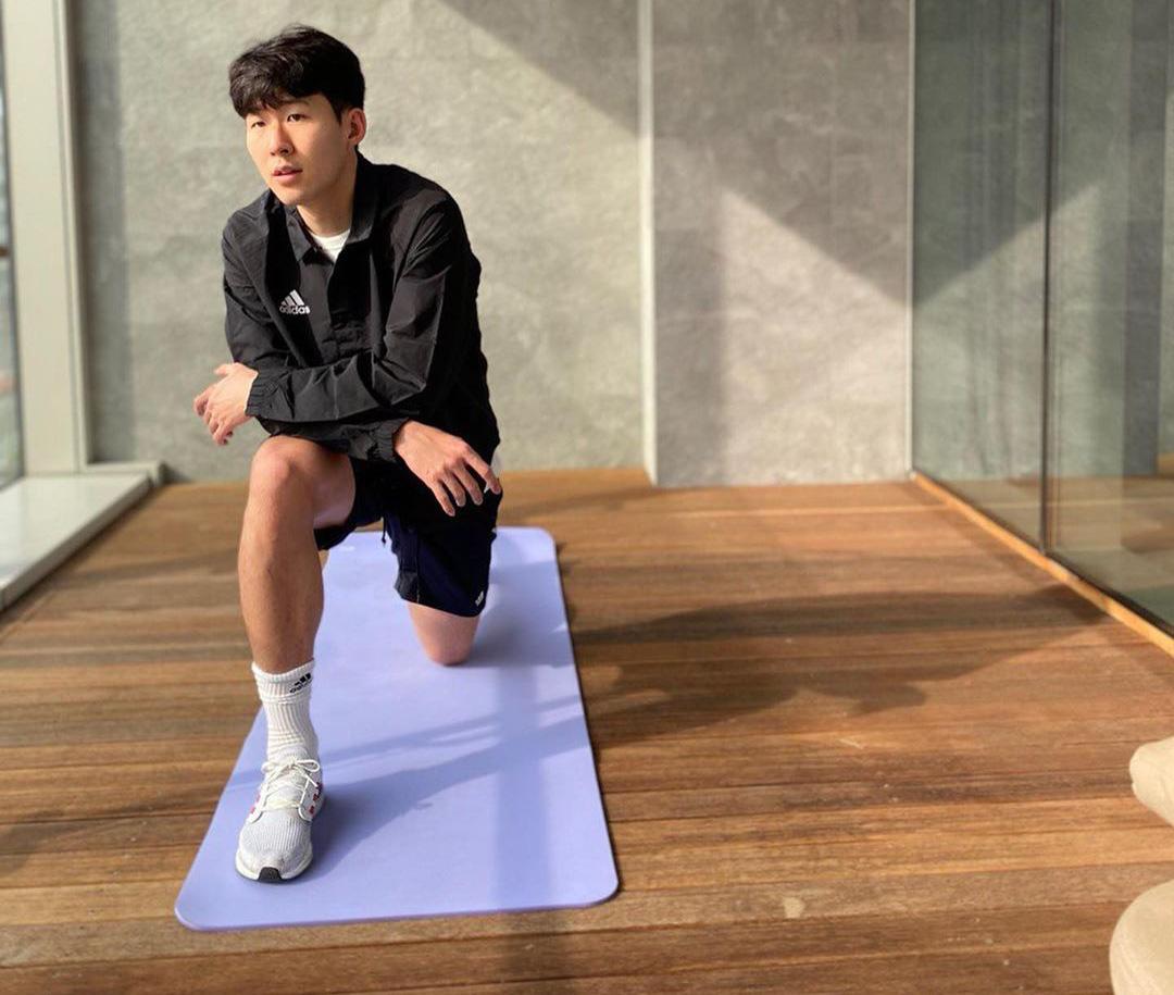 Son Heung-min gửi lời nhắn nhủ tới các fan trong lúc đang phải cách ly ở Hàn Quốc, nhìn cánh tay của anh chàng tất cả lại không khỏi xót xa - Ảnh 2.