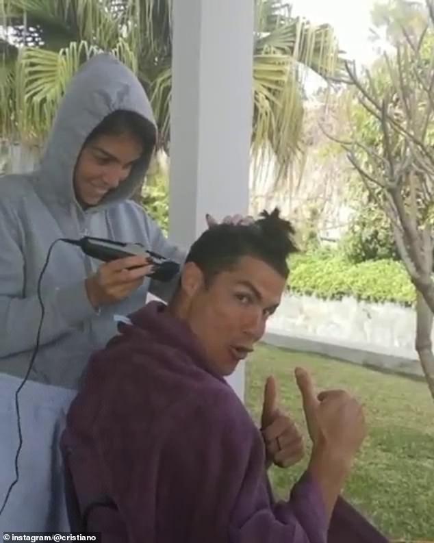 Không thể ra ngoài vì dịch Covid-19, Ronaldo đành nhờ bạn gái xuống tóc hộ, các fan liền nháo nhào đòi xem kết quả cuối cùng - Ảnh 2.