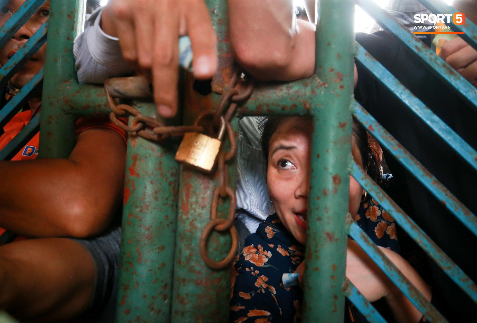 Chen nhau nghẹt thở mua vé xem bóng đá ở Nam Định, dân phe Hà Nội cũng đổ về thu gom - Ảnh 6.
