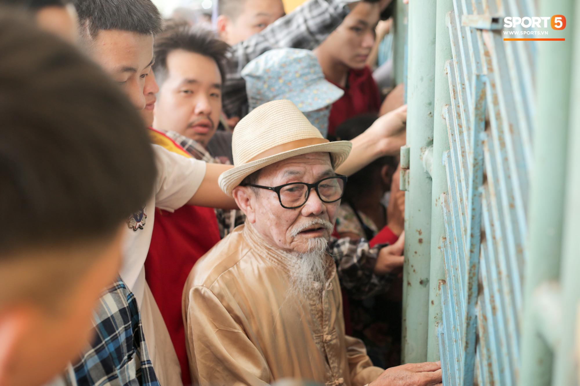 Chen nhau nghẹt thở mua vé xem bóng đá ở Nam Định, dân phe Hà Nội cũng đổ về thu gom - Ảnh 10.