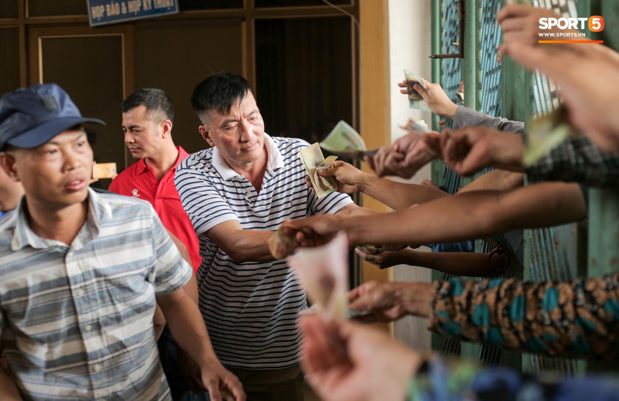 Chen nhau nghẹt thở mua vé xem bóng đá ở Nam Định, dân phe Hà Nội cũng đổ về thu gom - Ảnh 4.