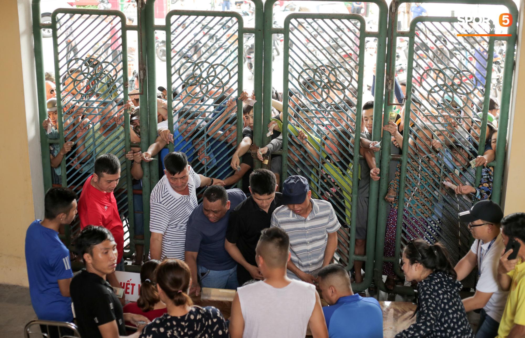 Chen nhau nghẹt thở mua vé xem bóng đá ở Nam Định, dân phe Hà Nội cũng đổ về thu gom - Ảnh 1.