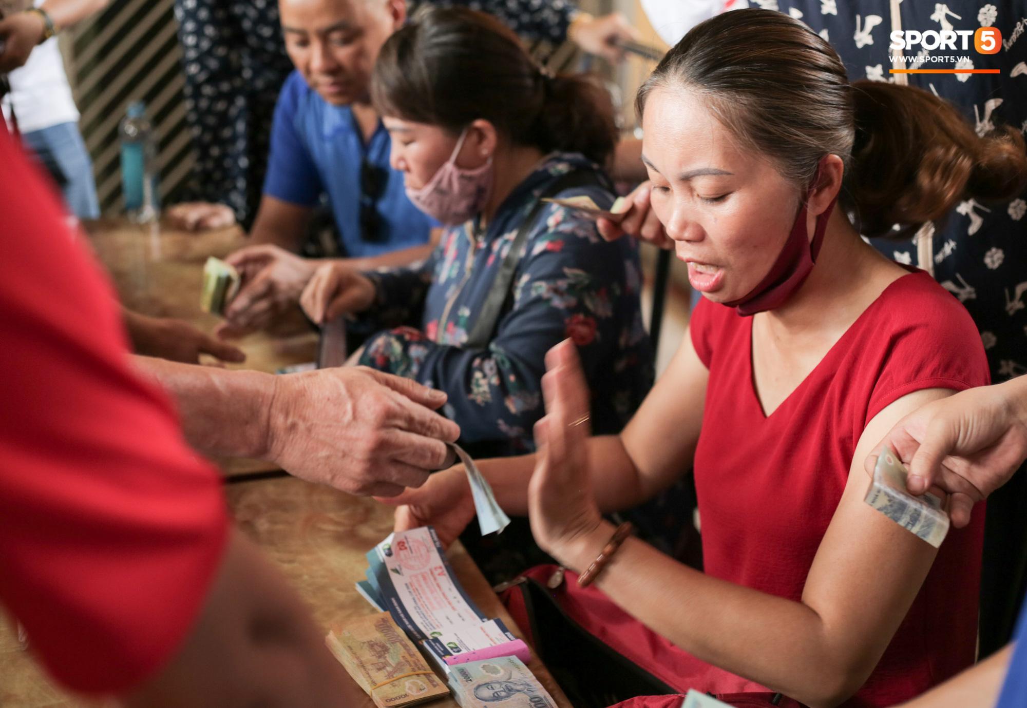 Chen nhau nghẹt thở mua vé xem bóng đá ở Nam Định, dân phe Hà Nội cũng đổ về thu gom - Ảnh 3.