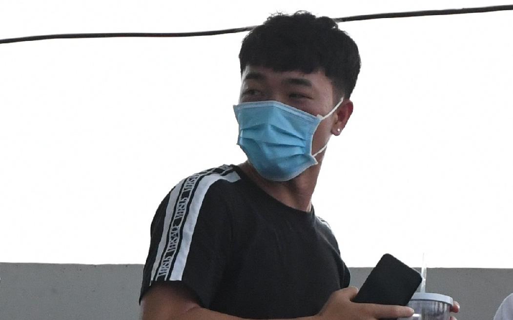 """Lầy như Đình Trọng: Xuân Trường """"lén"""" trốn fan vẫn bị cậu em gọi lại và cái kết bị vây kín"""