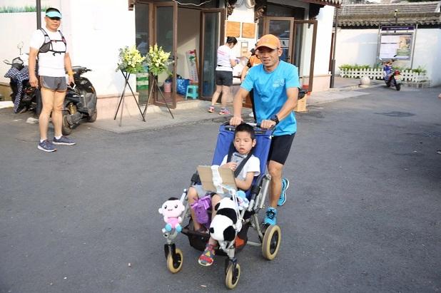 Rơi nước mắt trước dòng tâm sự của người cha 5 năm ròng rã tìm điều kỳ diệu cho cậu con trai bại não từ những cuộc thi marathon - Ảnh 1.