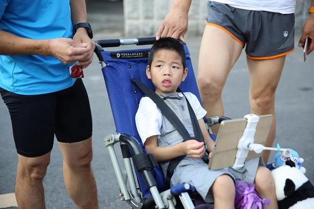 Rơi nước mắt trước dòng tâm sự của người cha 5 năm ròng rã tìm điều kỳ diệu cho cậu con trai bại não từ những cuộc thi marathon - Ảnh 2.