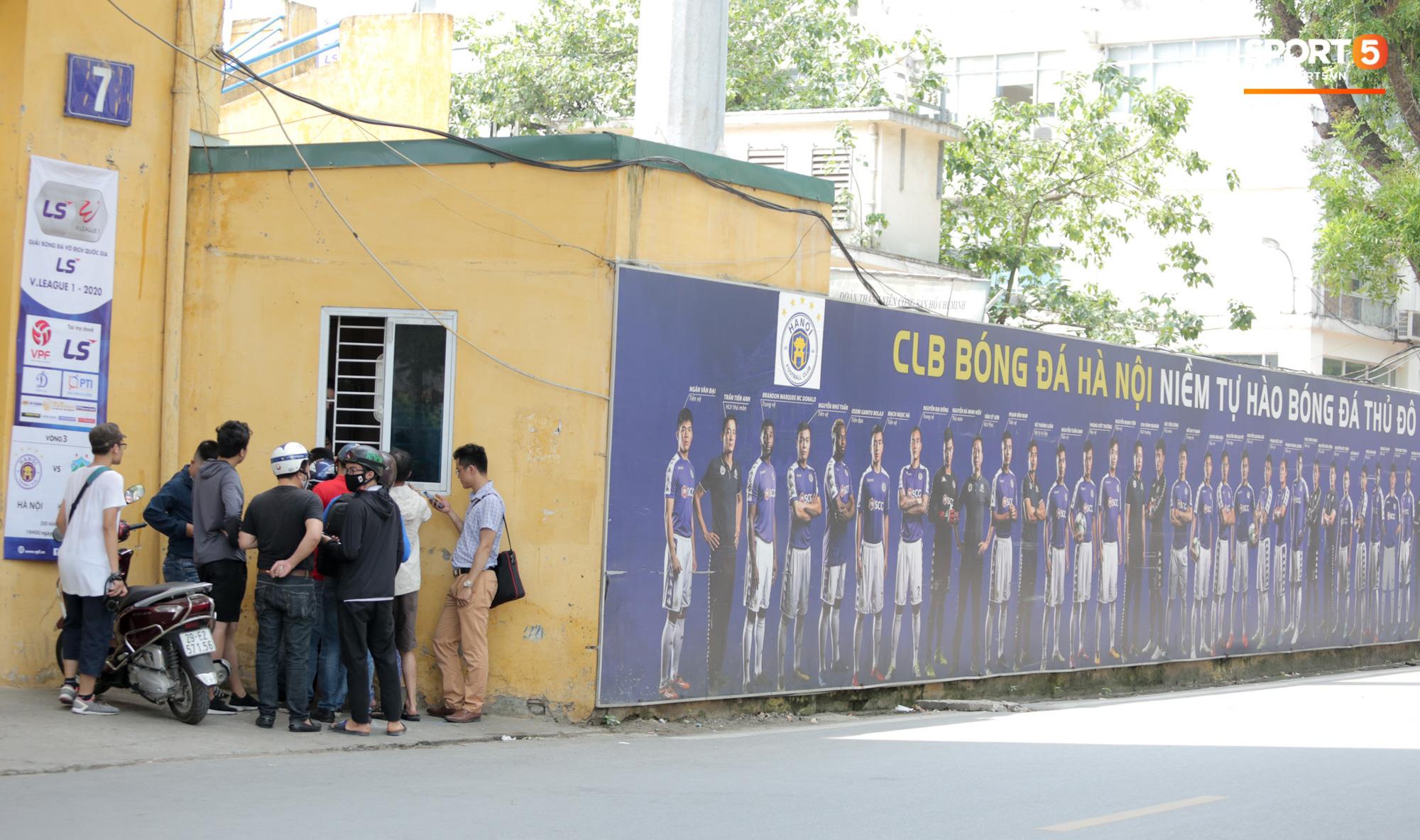 Mở bán vé xem Quang Hải so tài Văn Toàn vào giờ đi làm, dân phe lại đông hơn CĐV - Ảnh 1.