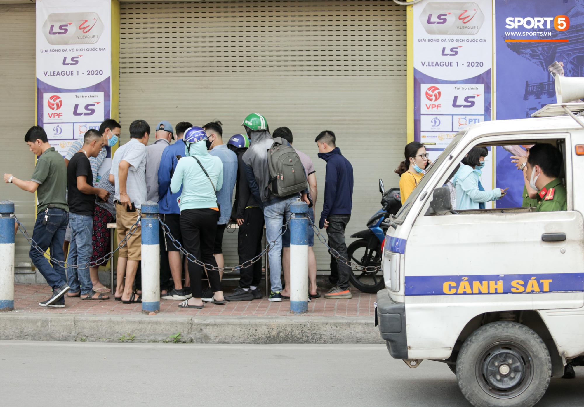 Mở bán vé xem Quang Hải so tài Văn Toàn vào giờ đi làm, dân phe lại đông hơn CĐV - Ảnh 8.