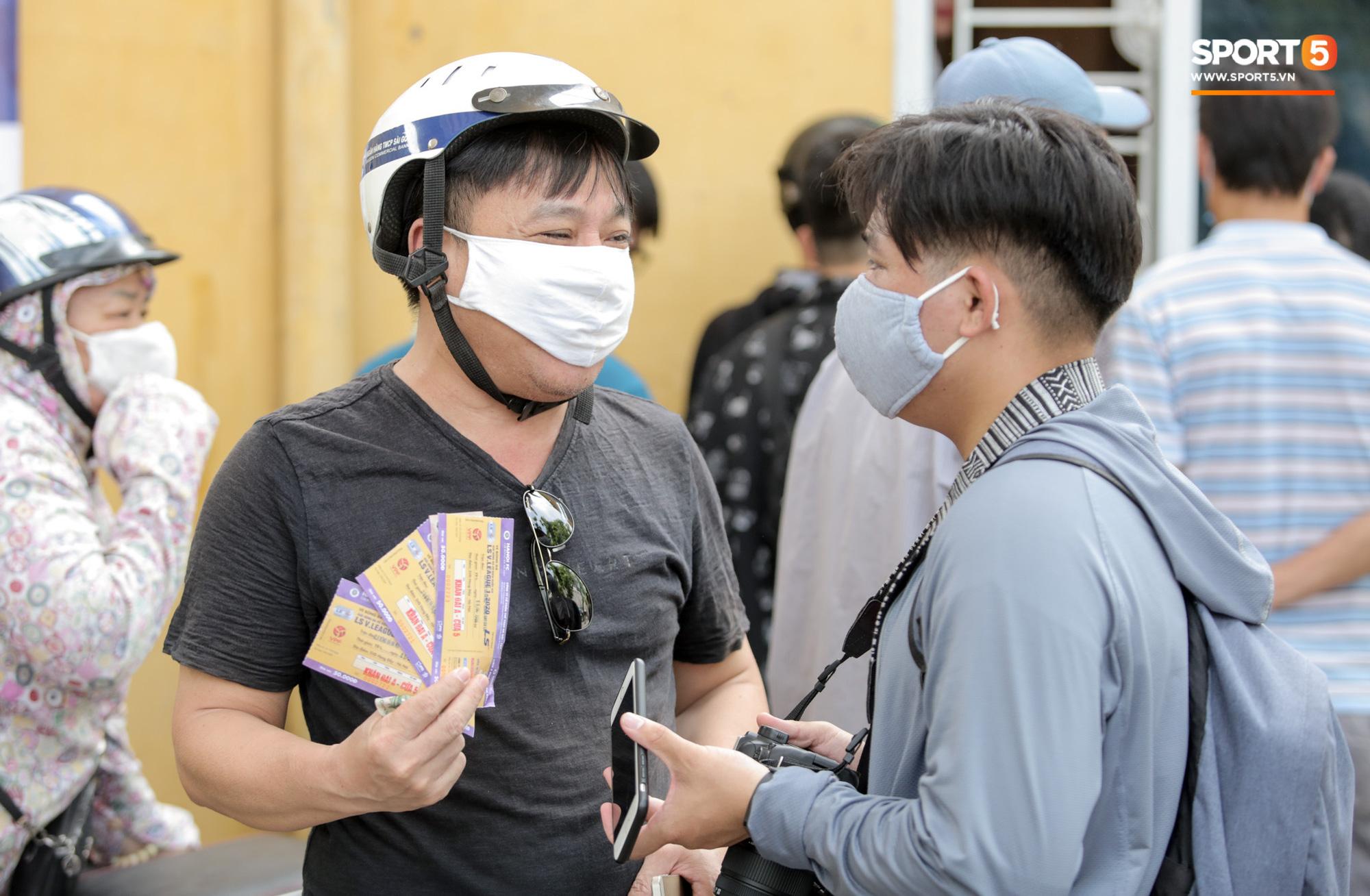 Mở bán vé xem Quang Hải so tài Văn Toàn vào giờ đi làm, dân phe lại đông hơn CĐV - Ảnh 5.