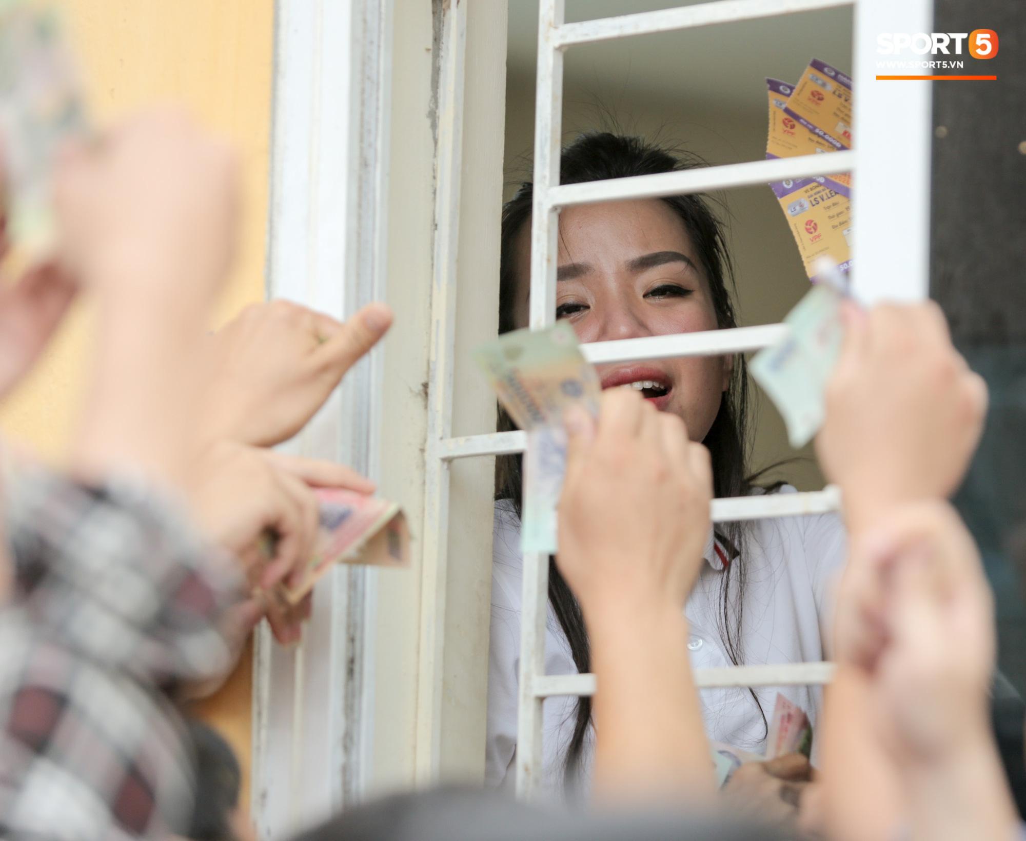Mở bán vé xem Quang Hải so tài Văn Toàn vào giờ đi làm, dân phe lại đông hơn CĐV - Ảnh 4.