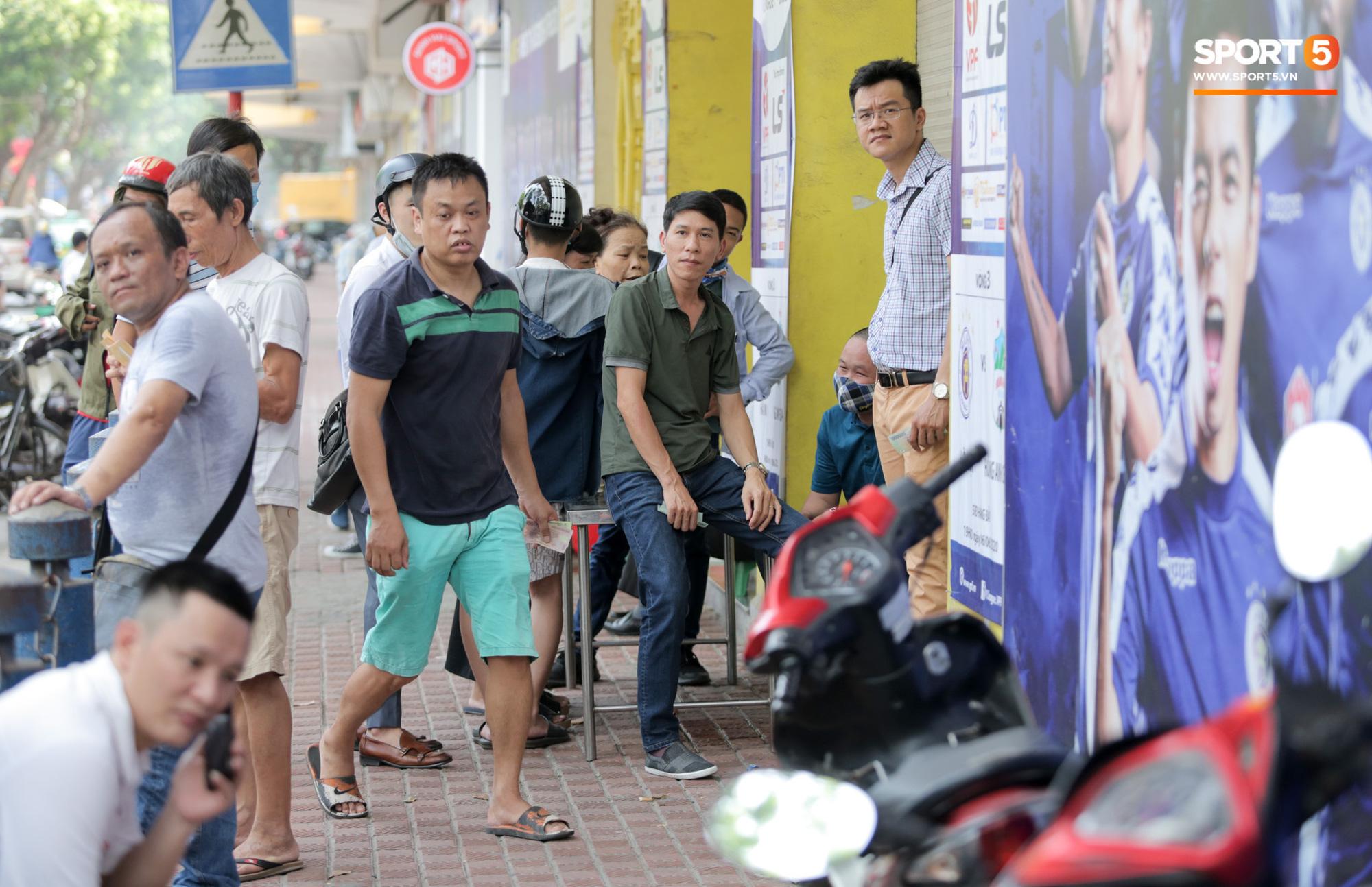 Mở bán vé xem Quang Hải so tài Văn Toàn vào giờ đi làm, dân phe lại đông hơn CĐV - Ảnh 7.