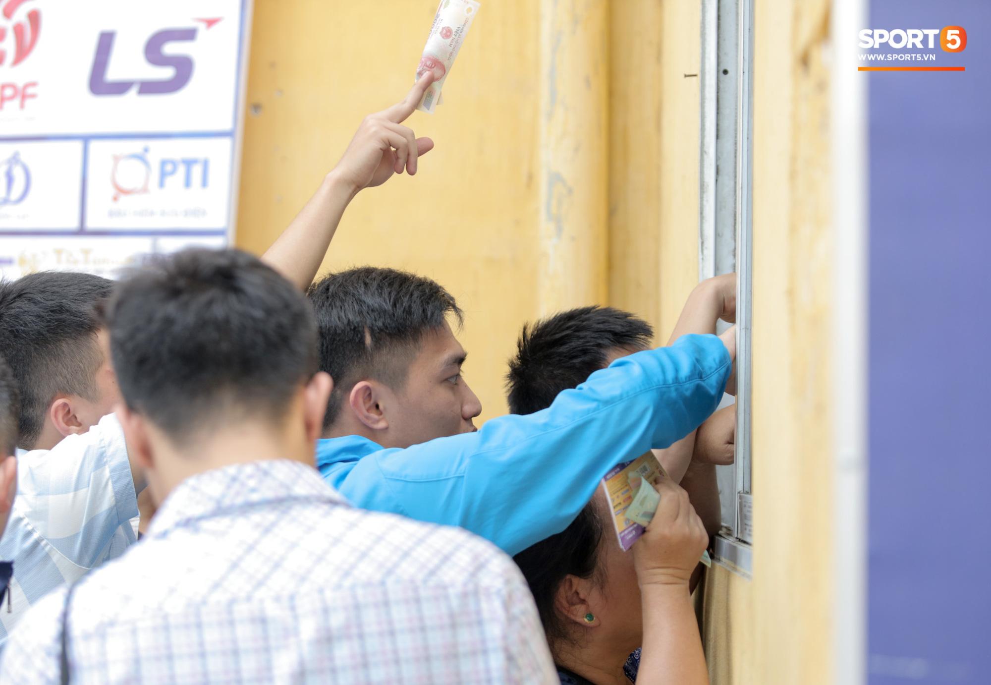 Mở bán vé xem Quang Hải so tài Văn Toàn vào giờ đi làm, dân phe lại đông hơn CĐV - Ảnh 3.