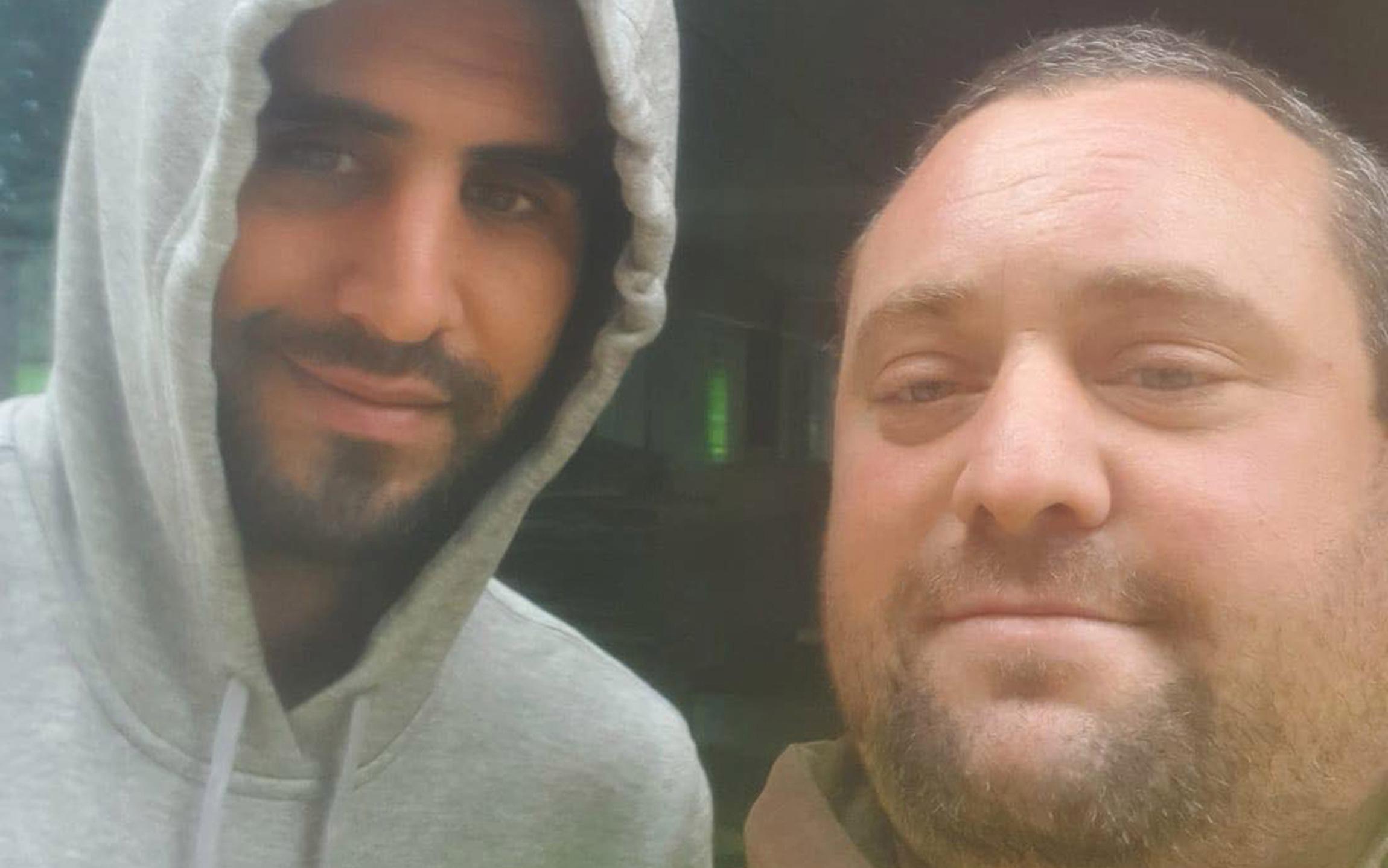 Chỉ vì lỡ selfie với ngôi sao Man City không đúng cách, fan MU bị ông chủ đuổi việc