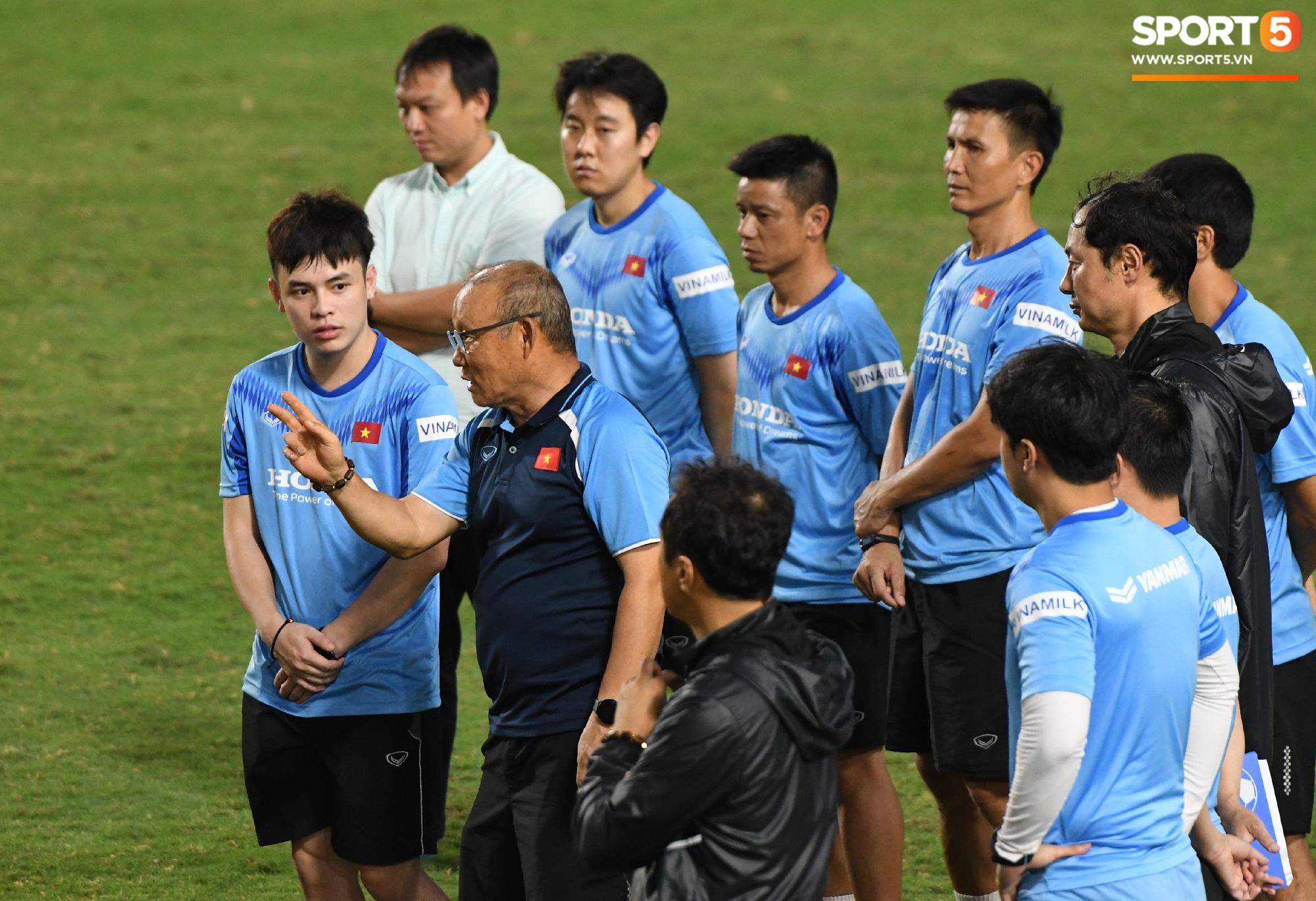HLV Park Hang-seo dạy cho cầu thủ U22 Việt Nam bài học về cách lắng nghe, dặn dò đầy tâm huyết trước khi chia tay: Các bạn phải nỗ lực gấp đôi người khác  - Ảnh 7.