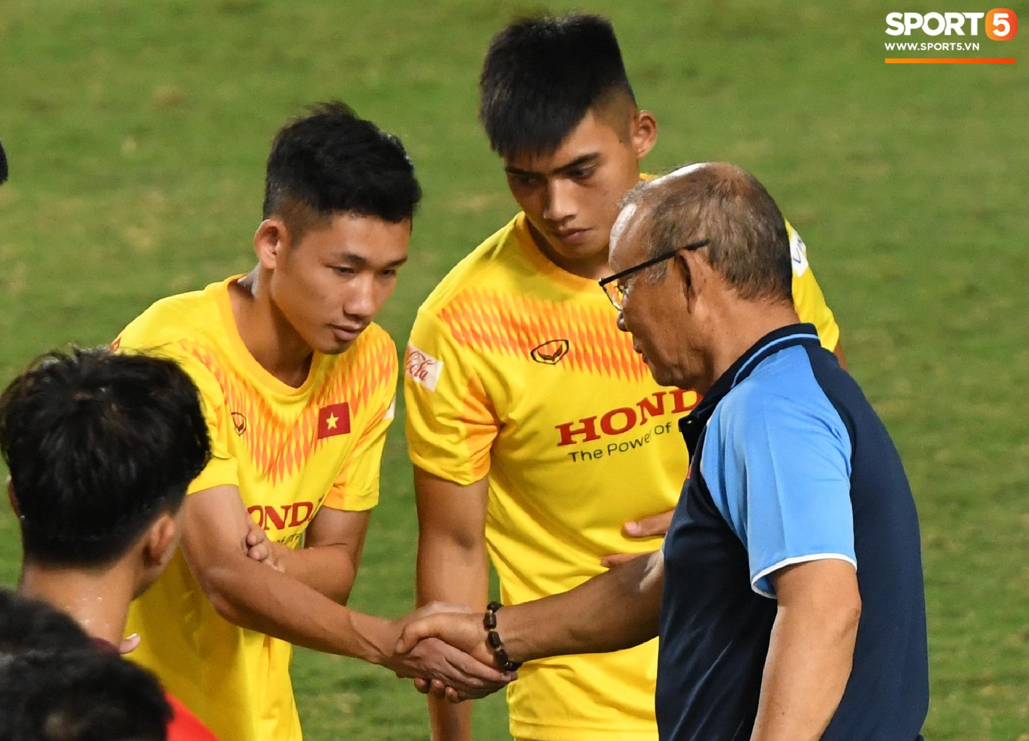 HLV Park Hang-seo dạy cho cầu thủ U22 Việt Nam bài học về cách lắng nghe, dặn dò đầy tâm huyết trước khi chia tay: Các bạn phải nỗ lực gấp đôi người khác  - Ảnh 12.
