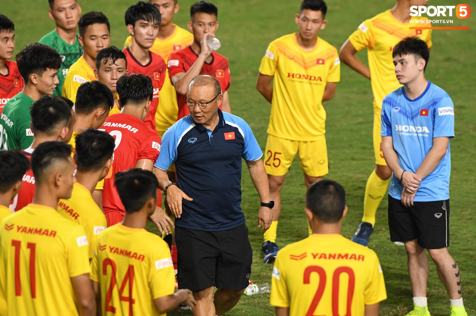 HLV Park Hang-seo dạy cho cầu thủ U22 Việt Nam bài học về cách lắng nghe, dặn dò đầy tâm huyết trước khi chia tay: Các bạn phải nỗ lực gấp đôi người khác  - Ảnh 4.