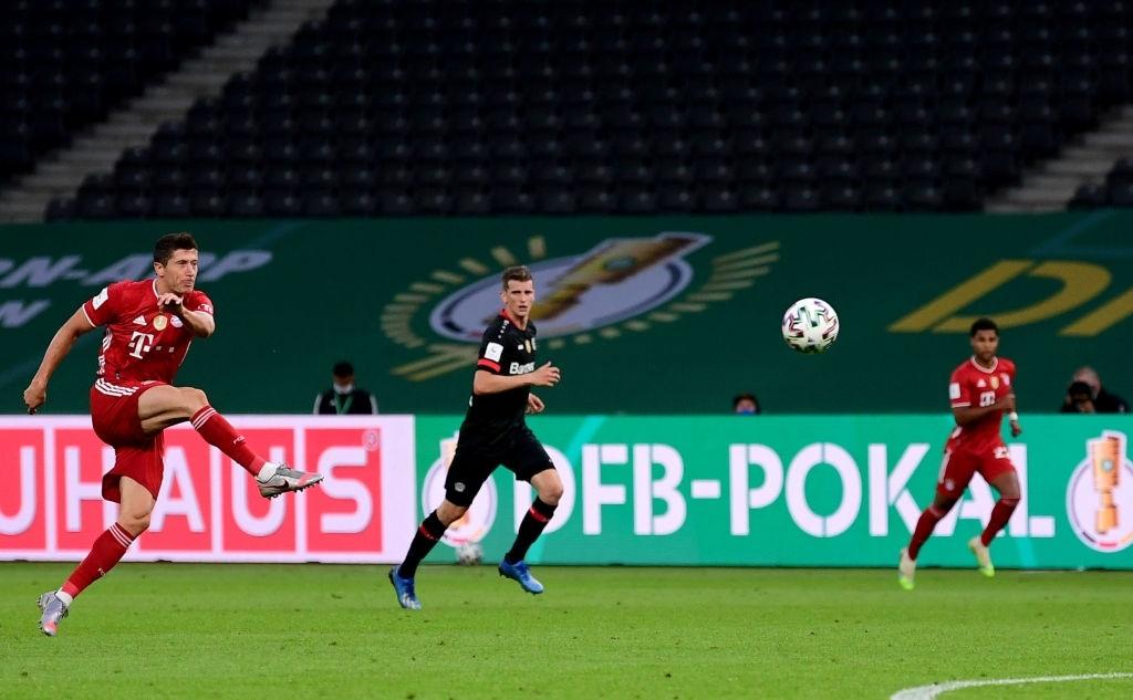 Ghi bàn vừa đẳng cấp vừa hài hước, chân sút đáng sợ nhất châu Âu mùa này giúp Bayern hoàn tất cú đúp danh hiệu - Ảnh 3.