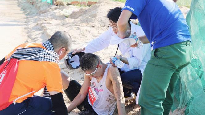 Hình ảnh CSGT gác việc, chạy tới chữa chuột rút cho runner trên đảo Lý Sơn gây ấn tượng - Ảnh 3.