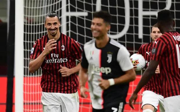 """Khoảnh khắc Ibrahimovic """"cười vào mặt"""" Ronaldo trong chiến thắng ngược gây sốc 4-2 của Milan trước Juventus"""