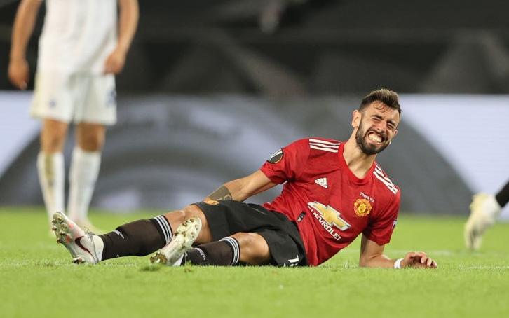 Bruno Fernandes nằm ôm chân sau khi gồng gánh MU vào bán kết Europa League