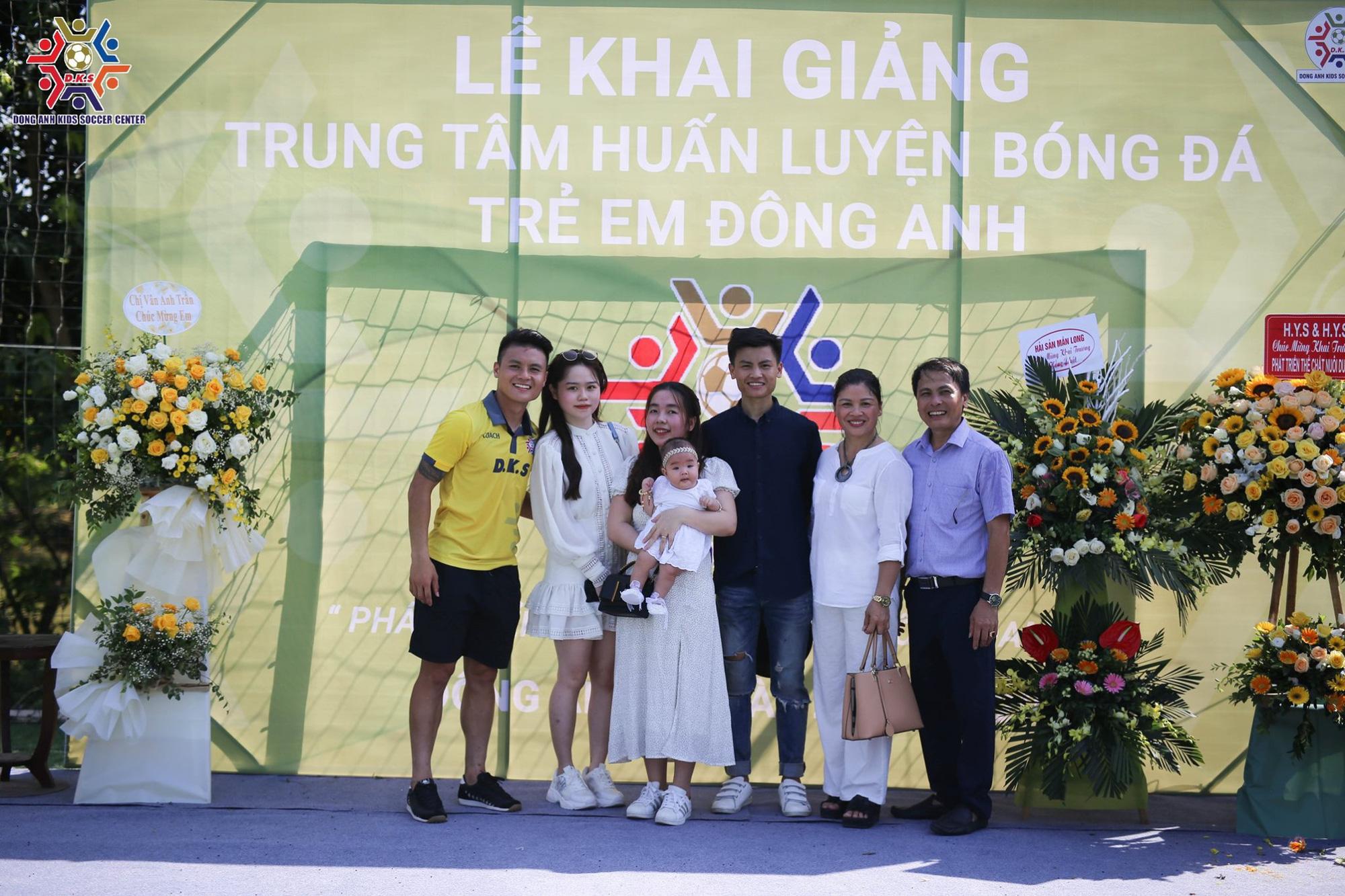 Quang Hải rạng ngời kế bên Huỳnh Anh khi chụp ảnh gia đình, đảm đang vào bếp trong ngày sinh nhật chị dâu  - Ảnh 4.