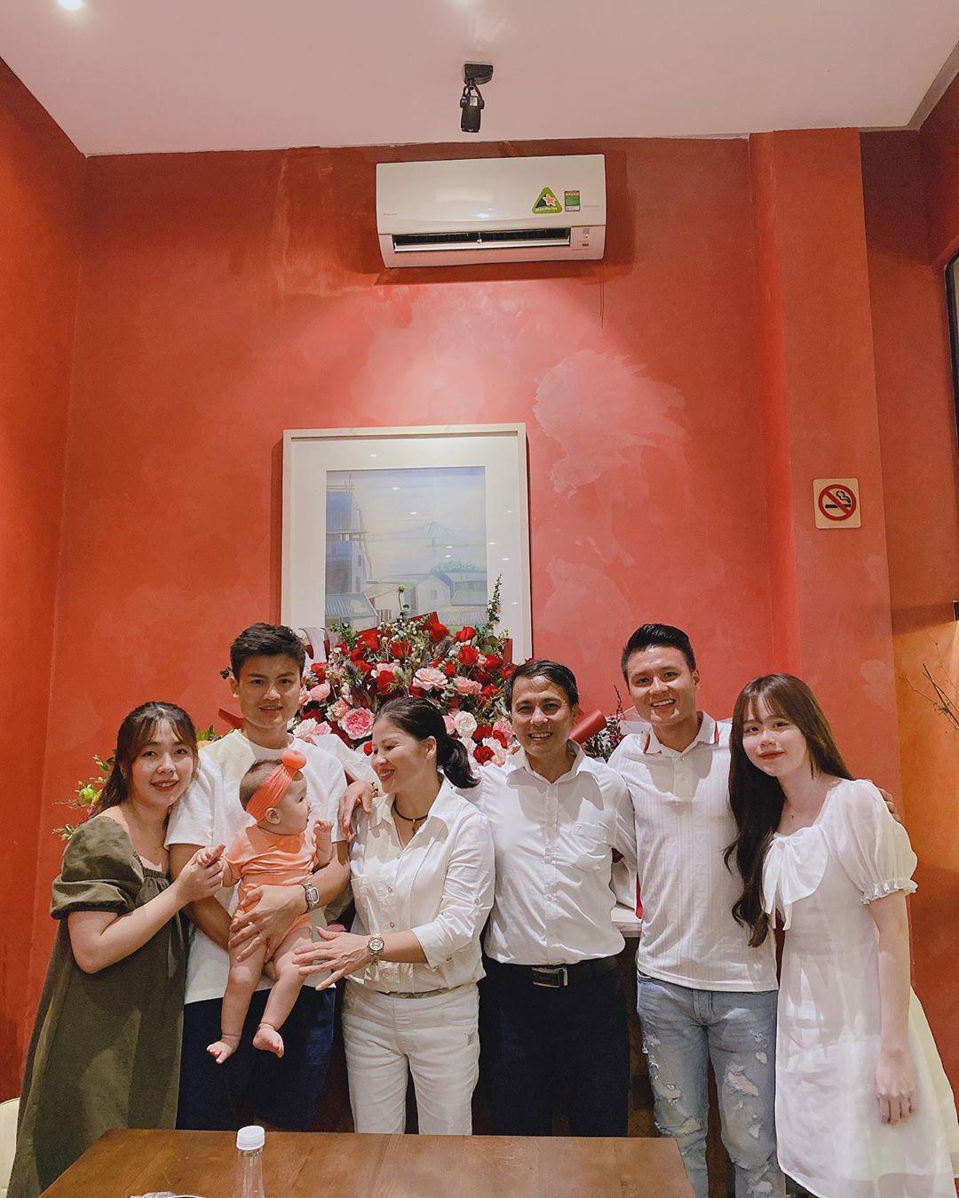 Quang Hải rạng ngời kế bên Huỳnh Anh khi chụp ảnh gia đình, đảm đang vào bếp trong ngày sinh nhật chị dâu  - Ảnh 1.