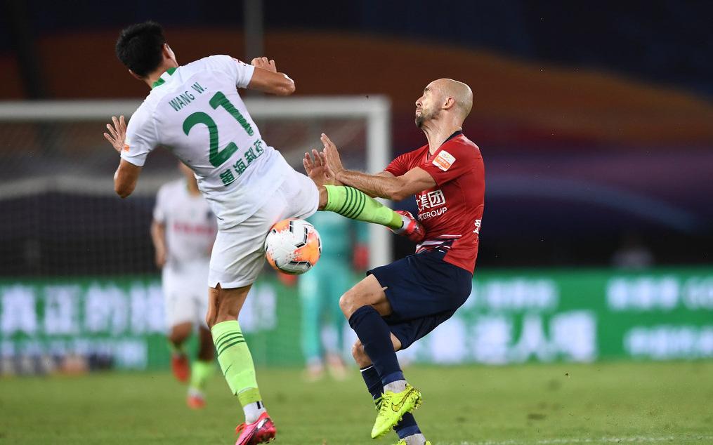 Cầu thủ Trung Quốc vung chân đạp thẳng vào bụng đối phương, bên ngoài HLV ôm đầu hoang mang cực độ